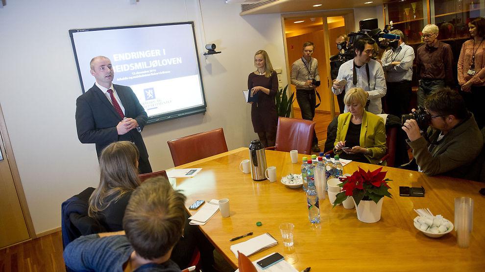 <p><b>OMDISKUTERT:</b> Arbeids- og sosialminister Robert Eriksson (Frp) har lagt fram forslag til endringer i arbeidsmiljøloven.</p>