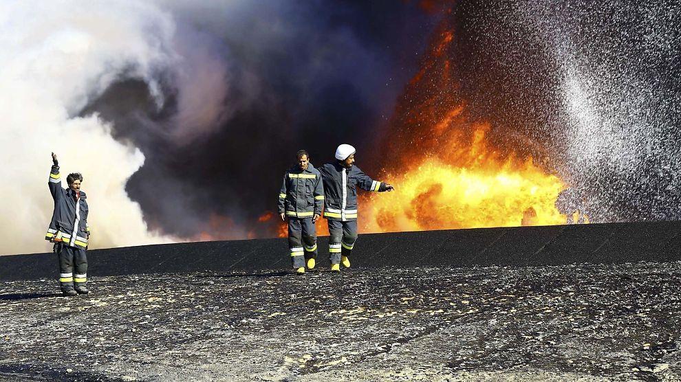 <p><b>OPP I FLAMMER:</b> Selv om uroen i Libya har bremset oljeeksporten fra årets comeback kid i oljemarkedet, faller prisen på olje videre.</p>