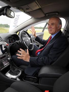 <p><b>UTEN HENDER:</b> Storbritannias næringsminister Vince Cable demonstrerer en førerløs bil i forbindelse med oppstarten av prosjektplanene i sommer.</p>