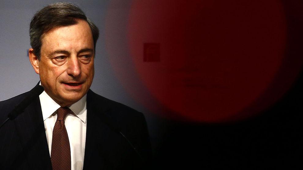 <p><b>SVEKKER EGEN VALUTA:</b> Sentralbanksjef Mario Draghi i ESB svekker euroen med å hinte om ytterligere tiltak for å få opp veksten i eurosonen.<br/></p>