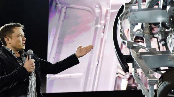 <p><b>ADVARER:</b> Tesla-sjef Elon Musk har flere ganger bedt forskere og utviklere være forsiktige og kritiske i utviklingen av kunstig intelligens. Her er han ved en lansering i oktober i fjor.</p>