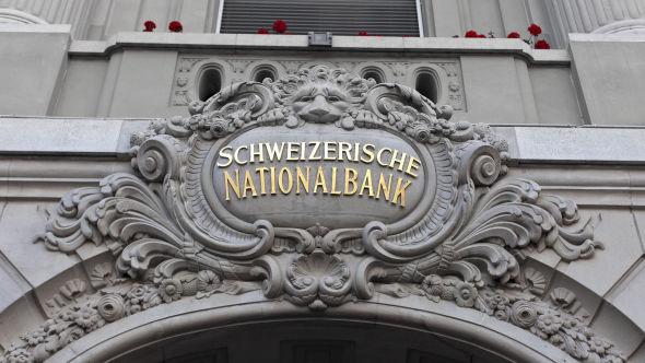 <p><b>GA OPP:</b> Den sveitsiske sentralbanken har hatt en regel som tilsa at euro ikke skulle være billigere enn 1,2 sveitserfranc. Grunnet euroens svekkelse den siste tiden ga man torsdag opp den regelen.</p>