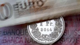<p><b>STYRKET SEG:</b> Sveitsiske franc styrket seg med over 16 prosent torsdag. En stund steg valutaen helt opp mot 42 prosent opp.</p>