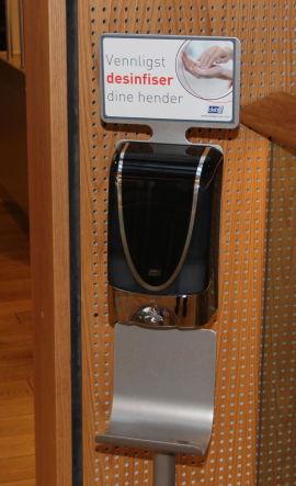 <p><b>HYGIENE:</b> Ved inngangen til kantinen står det desinfiserings-dispensere.<br/></p>