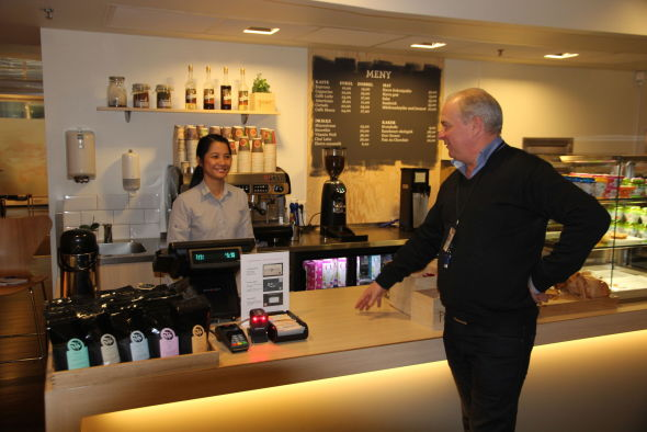 <p><b>ESPRESSO TAKK:</b> Magne Braaten ved bankens egen kaffebar.<br/></p>