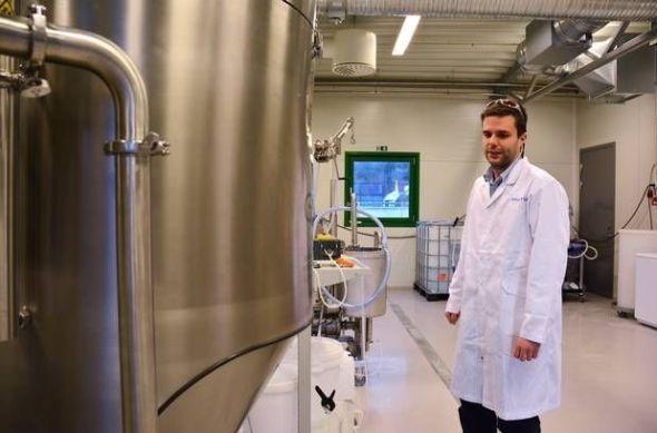 <p><b>ALGEPRODUKTER:</b> Produksjon- og teknologiansvarlig Lars Dahle forklarer hvordan de fjerner vannet fra algeproduktet. Siste steg er den store tanken foran ham, spraytørkeren.<br/></p><p><br/></p>