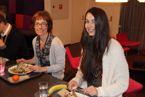 <p><b>VIKTIG, MEN IKKE AVGJØRENDE:</b> Katrine Perger (t.v.) og Elisabeth Midtsem er fornøyd med jobbens kantinetilbud.<br/></p>