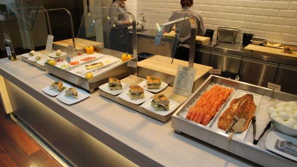 <p><b>FERDIG SMURT:</b> De kantineansatte smører fortløpende brødmat for de ansatte.</p>