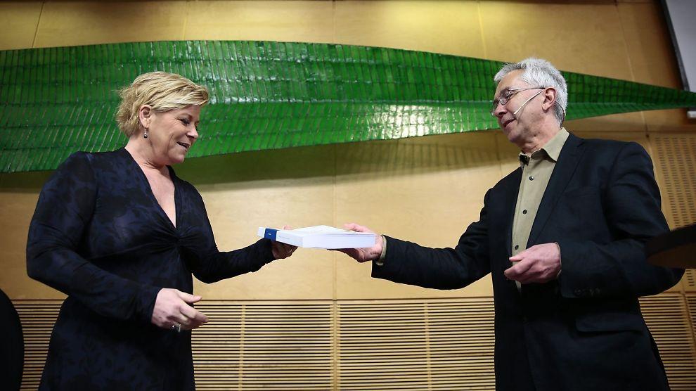 <p><b>LEGGER FREM TALL:</b> Produktivitetskommisjonen med leder Jørn Rattsø, overleverte den første rapporten til finansminister Siv Jensen tirsdag formiddag.<br/></p>