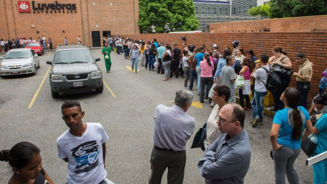<p><b>MANGLER BASISVARER:</b> Slik så det ut utenfor et kjøpesenter i Venezuela for en knapp måned siden. Fortsatt er det store køer utenfor kjøpesentrene.</p>
