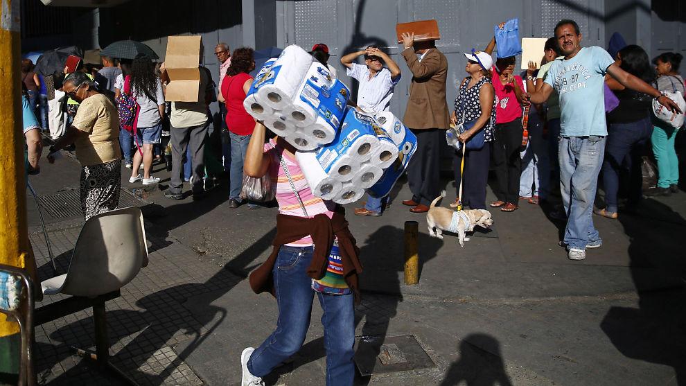 <p><b>MANGELFULL VARE:</b> Trinidad og Tobago vil gjerne bytte toalettpapir mot Venezuelas olje. Innbyggerne i det søramerikanske landet sliter nemlig å få tak i basisvarer som for eksempel toalettpapir. Her har en heldig innbygger i Caracas fått tak i det ettersøkte papiret i januar.</p>