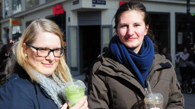 <p><b>- FØLELSEN AV AT MAN MÅ HA ET MØTE PÅ DET:</b> Telefonintervjuer Ann Karin Myhrås (32) og helsefagarbeider Anita Myhrås (22).</p>