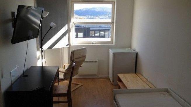 <p><b>SLITER MED Å FÅ LEID UT:</b> En 12-roms firmabolig midt i smørøyet på Forus i oljehovedstaden Stavanger har fått utleieprisen hogget med øks. Men rommene har stått tomme i fem måneder.<br/></p>