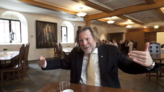 <p><b>KÅRER:</b> Odd Reitan delet hvert år ut prisen «Årets Ladejarl», her er han på Lade Gaard i 2012. Vinneren får to millioner kroner og en statue som minner veldig mye kolonialmajoren selv.</p>