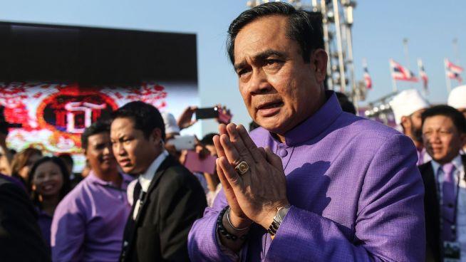 <b>STATSMINISTEREN:</b> Mannen som leder militærjuntaen i Thailand er også landets statsminister, Prayut Chan-O-Cha. Her er han etter en bursdagsseremoni for landets prinsesse den 2. april.