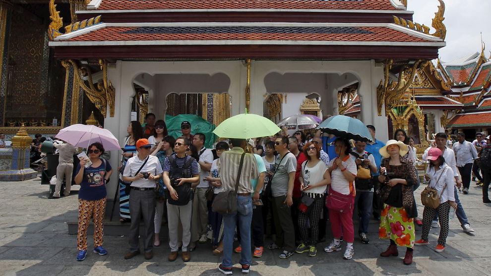 <b>KINESERE:</b> De fleste nye turistene i Thailand er ifølge myndighetene kinesere. Her er kinesiske turister ved et tempel i Bangkok i mars i år.