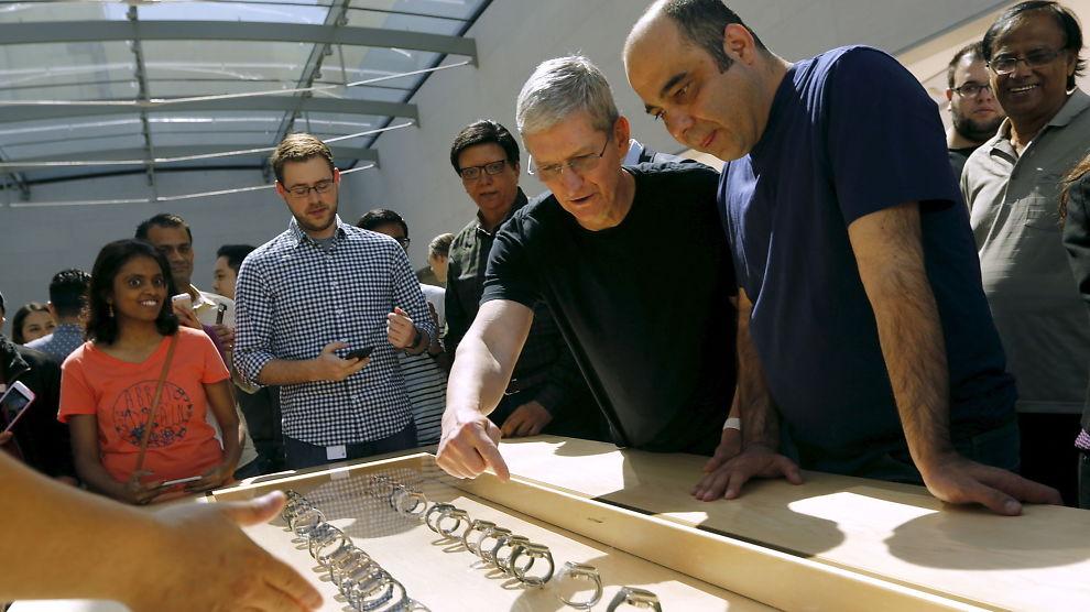 <p><b>LANG VENTETID:</b> Apple startet fredag forhåndssalget av Apple Watch og sjefen selv, Tim Cook, tok turen innom en Apple-butikk i Palo Alto for å snakke med kundene. Her viser han frem modellene i et utstillingsmonter.<br/></p>