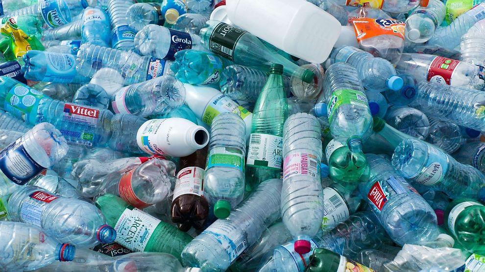 <p><b>PANTER SOM ALDRI FØR:</b> Bare hittil i år har det blitt pantet over 219 millioner enheter i plast i Norge.</p>