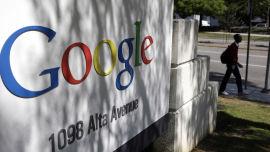 <p><b>SKJERPER KRAVENE:</b> Google er nå i ferd med å gjennomføre den største endringen i søkemotoren sin på lang tid. Nettsteder som ikke er tilpasset mobiler må dermed skjerpe seg for å nå opp hos søkemotoren. Bildet er fra Googles hovedkontor i Mountainview i California.<br/></p>