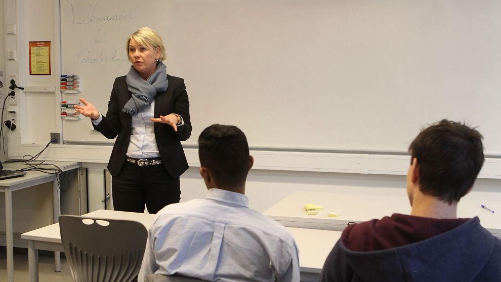 <p><b>VIL HA FLERE GRÜNDERE:</b> Næringsminister Monica Mæland (H) sparket tirsdag i gang arbeidet med gründerplanen. Her besøker næringsministeren teknologilinjen ved Kuben videregående skole i Oslo for å få innspill.</p>
