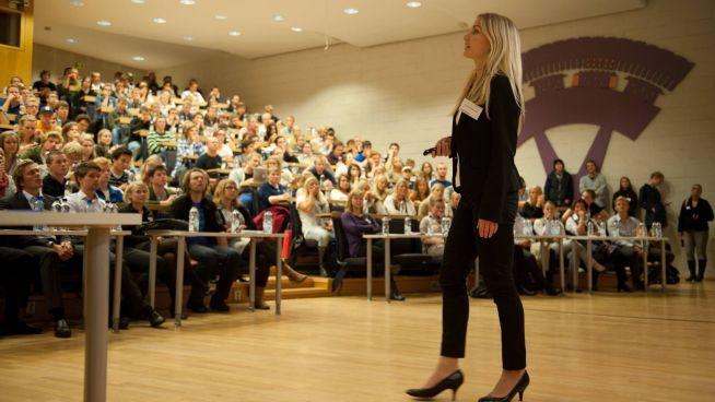 <p><b>FØRST FOREDRAG, SÅ SNADDER:</b> Bedrifter lokker med gratis middag til studentene mot at de stiller på foredrag først. Her er det konsulentselskapet A.T. Kearney som presenterer jobbmuligheter for studentene ved NTNU i Trondheim.<br/></p>