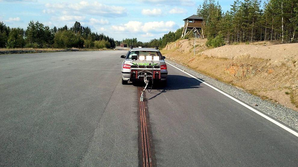 <p><b>ELEKTRISK:</b> Elways-konseptet kobler bilen til veien med en strømskinne. Den lader bilen under kjøring.</p>