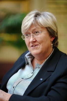 FISKERIMINISTER: Elisabeth Aspaker (H), her i Stortingets vandrehall under et intervju om laksekonsesjonene.