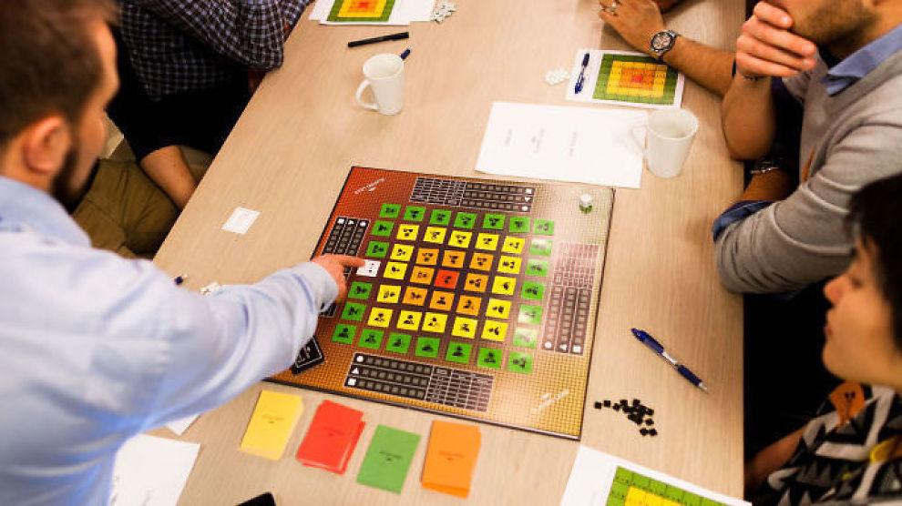 <p><b>BRETTSPILL:</b> Dette spillet lærer deltakerne innovasjonsmetoden «Lean Startup». Her diskuterer utviklerne spillet.<br/></p>