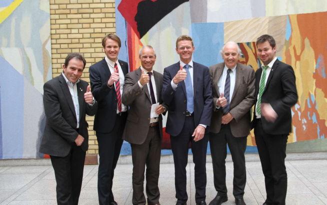 <p><b>FULL ENIGHET:</b> Fra venstre Tom Holthe (Frp), Torstein Tvedt Solberg (Ap), Hans Olav Syversen (Krf), Terje Breivik (V), Svein Flåtten (H) og Geir Pollestad (Sp) i Vandrehallen på Stortinget onsdag.</p>