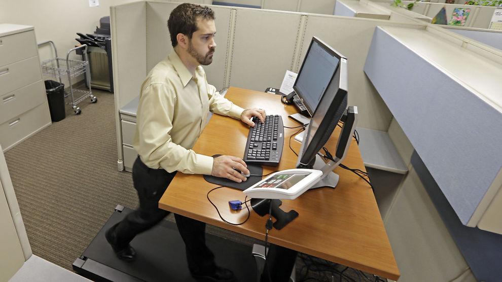 <p><b>HOLDER IKKE Å STÅ:</b> Den amerikanske forsikringskonsulenten Joan Baldanado hos Brown &amp; Brown har heist opp pulten og installert en tredemølle som han går på mens han jobber. Det gir helsegevinst, ifølge forskning.<br/></p>