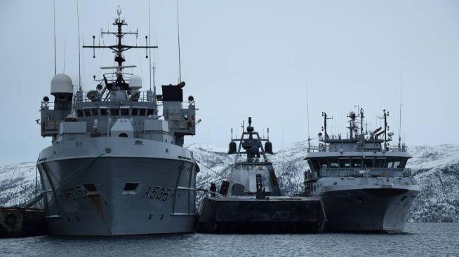 <p><b>MYE MINDRE:</b> KNM Valkyrien sammen med korvetten KNM Glimt og kystvaktfartøyet KV Farm til kai i Alta.</p>