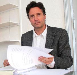 <p><b>REAGERER:</b> Advokat Jon-Andreas Lange, som selv fører to saker mot Acta.</p>
