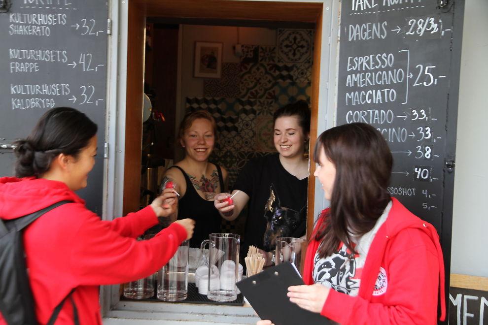 <p><b>PATRULJERER:</b> LOs utsendte med Linn Andersen (t.v.), Tanita Grønli Kristiansen og Therese Østerbø (ikke på bildet) inspiserer i sommer arbeidsplasser i Norge for å sjekke at arbeidsmiljøloven overholdes. Her på besøk hos Kulturhuset på Youngstorget i Oslo, der de traff de to unge bartenderne Greta Bjørkli (t.v. i midten) og Christina Brynhildsen.<br/></p>