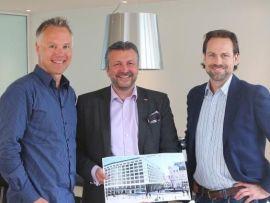 <p><b>SER FREM TIL:</b> Styreleder i Hotell Norge Holding Da, Geir Hove (til venstre) ser frem til å jobbe sammen med Scandic Hotels for å gjøre Hotel Norge til et av Norges flotteste hoteller. Fra venstre: Geir Hove, Svein Arild Steen-Mevold og Endre Glastad</p>