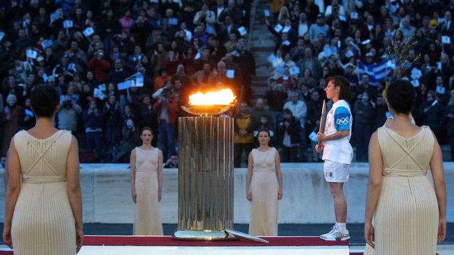 <p><b>UBETALT FEST:</b> Den greske sprinteren Katerina Thanou avla ed da OL-flammen kom til Panathenian i Aten i mars 2004. Staten betalte for OL-festen med lånte penger.</p>