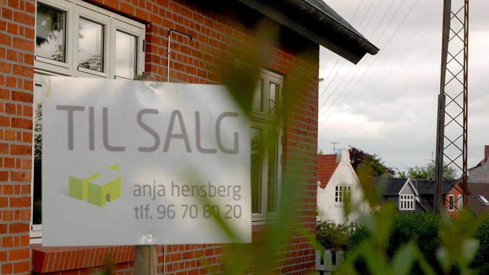 Eiendomsmeglerbransjens adgang til å håndplukke takstmenn må forbys, slik det er blitt gjort i Danmark, mener Forbrukerrådet. Illustrasjonsbilde fra boligsalg på Morsø i Danmark.