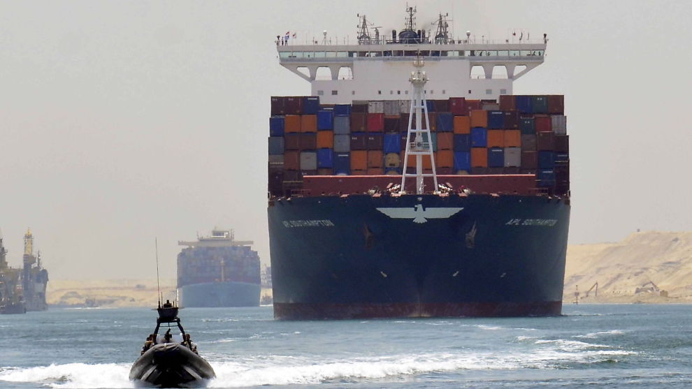 <p><b>SPOR TO:</b> Nå åpner et nytt løp i Suezkanalen, som vil doble kapasiteten til 97 skip i døgnet.<br/></p>