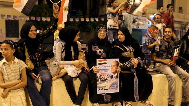 <p><b>POPULÆRT:</b> En kvinne holder en plakat med bilde av president Abdel Fattah al-Sisi i forbindelse med feiringen av åpningen av den nye kanalløpet.<br/></p>