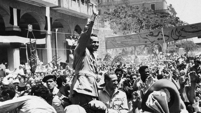 <p><b>JUBLER:</b> President Gamal Abdel Nasser feirer nasjonaliseringen av Suezkanalen i 1956, etter mer enn 70 års britisk okkupasjon.</p>