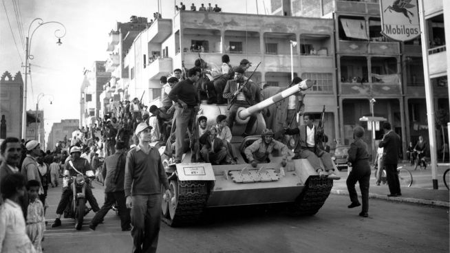 <p><b>KASTET UT:</b> Nasjonaliseringen av kanalen førte til Suezkrisen. På bildet feier egyptiske styrker den endelig evakueringen av britiske og franske styrker.<br/></p>