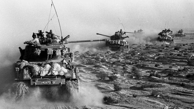 <p><b>STENGT:</b> Under seksdagerskrigen ble Suezkanalen stengt, og den ble ikke gjenåpnet før 1975. På bilde er israelske Sherman M4-tanks på vei mot Sinai i 1967.</p>