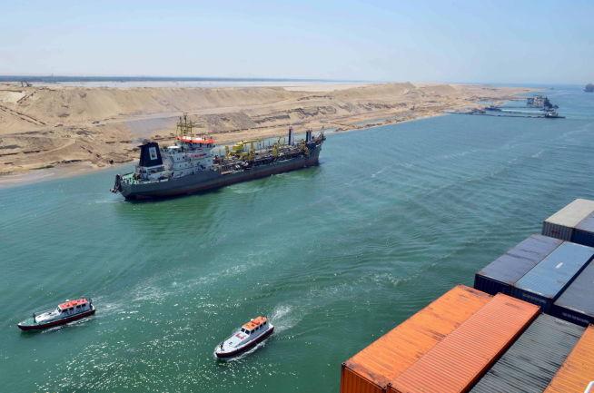 <p><b>FERDSELSÅRE:</b> Et skip seiler inn i den nye Suez-kanalen ved Ismailia i Egypt. Det nye løpet øker kapasitete til over 35.000 skip i året.</p>