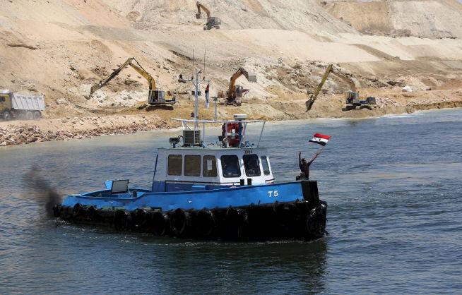 <p><b>FEIRING:</b> Sikkerhetsstyrker i Egypt feirer med flagg at det nye løpet er åpnet. Suez-kanalen er under sterkt vakthold av militære styrker.<br/></p>