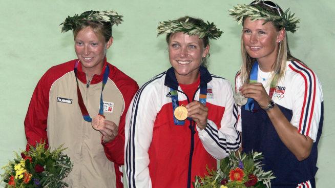 <p><b>GULLVINNER:</b> Siren Sundby (i midten) vant i 2004 OL-gull i seiling i Aten. Her med bronsjemedaljør Signe Livbjerg (t.v.) fra Danmark og sølvmedaljør Lenka Smidova (t.h.) fra Tsjekkia.<br/></p>