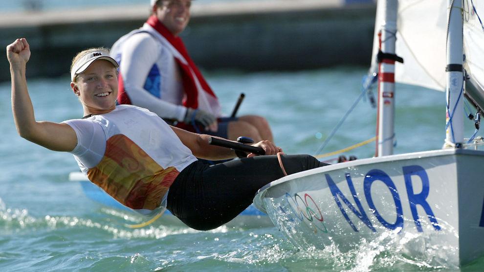 <p><b>GLAD:</b> Siren Sundby feirer etter å ha vunnet OL-gull i europajolle i Aten i 2004.<br/></p>
