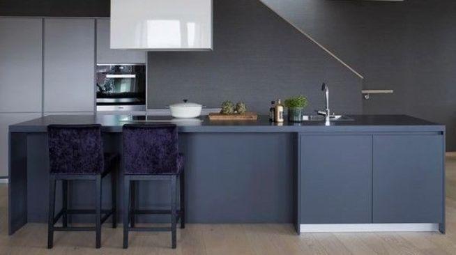<p><b>MATGLAD:</b> Kjøkkenet har en lang kjøkkenøy. Bildet gjengis med tillatelse fra megler.</p>