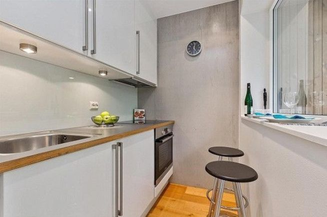 <p><b>KJØKKENKROK:</b> I det lille kjøkkenet er det ikke større spiseplass enn et par barkrakker.<br/></p>