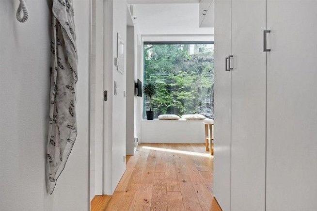 <p><b>GANG INN TIL STUE:</b> Leiligheten er mindre enn de fleste er komfortabel med. Likevel gikk leiligheten 450.000 kroner over takst.<br/></p>