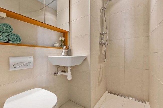 <p><b>LITE BAD:</b> Badet har akkurat plass til en dusj og et klosett.<br/></p>