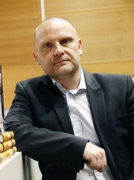 <p><b>IKKE SMILEY-ENTUSIAST:</b> Statsviter, forfatter og redaktør Frank Rossavik setter ikke pris på utstrakt smilefjesbruk.<br/></p>